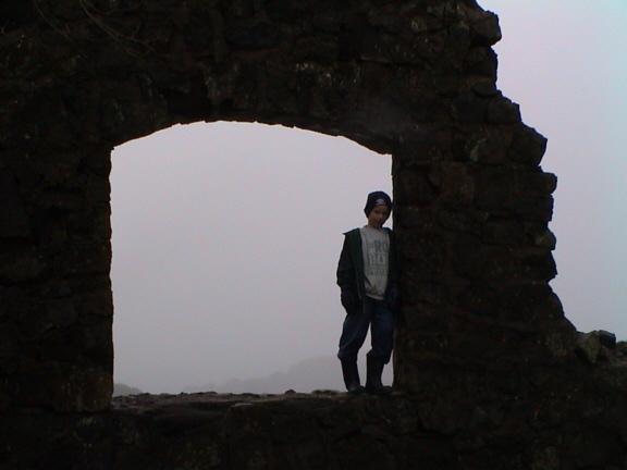 Silhuetten av splintveggen i Hauptmannsbrakka. Bildedato: 12. mars 2000