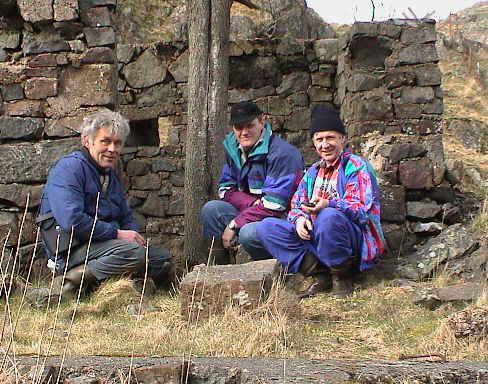 Hågåskomiteen, Bildet er tatt ved den stjålne eika ved brakka i post 11a.. Bildedato: 9. april 2000