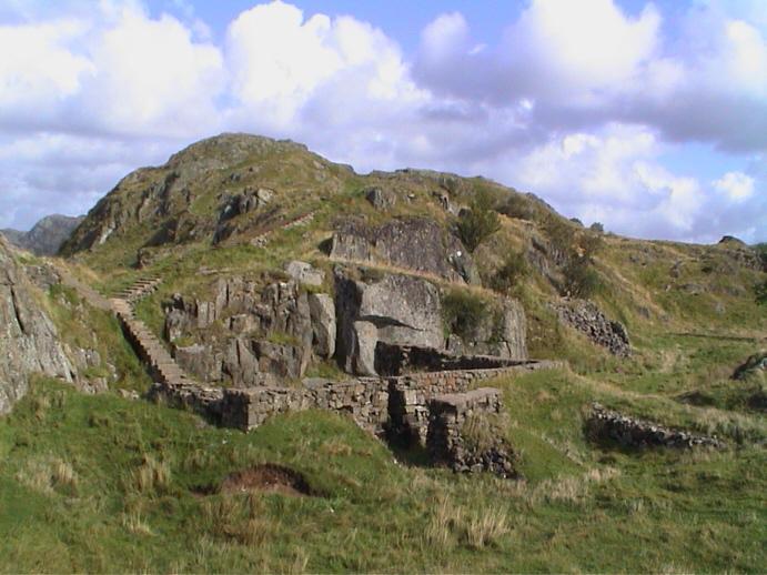 Trappa til venstre i bildet deler seg i to. Én trapp går til den nordligste av de to kanonene, den andre trappa går til den sørligste. Bildedato: 9. september 2000