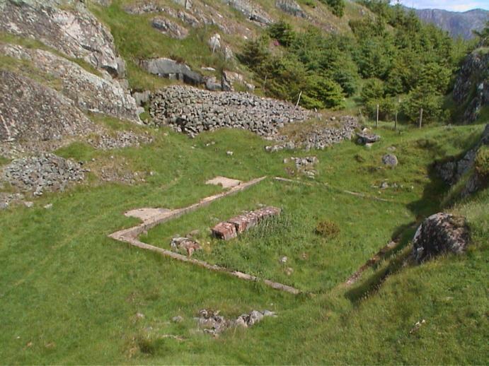 Inngang til sykehustunnelen til venstre for steinrøysa bak i bildet. Bildedato: 3. juni 2000